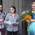 Анастасия Шухаева встречает гостей. 30 мая 2013 года. Творческий вечер Ирины Шухаевой